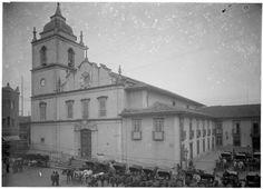 Fotografia tomada de ponto próximo a esquina da Rua 15 de Novembro com o Largo da Sé em direção a Rua Venceslau Brás, por volta do ano de 1910. Essa era a antiga Matriz da Sé.