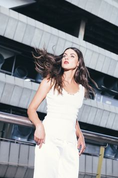 TOP DESGASTES: Blusa de silueta básica sin mangas, cuello profundo en V y detalle de desgaste en bajo y escote. Disponible en negro y blanco. White Dress, Dresses, Fashion, Deep, Bass, Plunging Neckline, Silhouettes, Budget, Sleeves