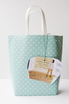 Homemade gift bag - might just try this with my huge roll of Christmas wrapping paper I've had for the past 3 years, as well as some rope for the handles