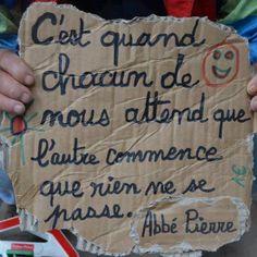 L'Abbé Pierre est une personne très reconnue en France, et régulièrement citée parmi les personnalités préférées des français. Ce prêtre a en effet lutté presque toute sa vie contre la pauvreté et l'exclusion, créant une organisation pour venir en aide aux pauvres et aux réfugiés: Emmaüs. Aujourd'hui encore, 5 ans après sa mort (2007), cette fondation existe toujours et fait partie des organisations les plus actives pour aider les plus démunis.