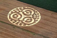 Un nouveau crop circle est apparu dans un champ de maïs à Raisting, en Allemagne. Le propriétaire du champ ne s'est rendu compte de rien, jusqu'à ce que des dizaines de touristes s'amassent sur ses terres pour observer ce nouveau cercle de culture. Ce n'est pas le premier ni le dernier champ dont les épis sontécrasés pour représenter des formes géométriques visibles depuis le ciel. Parfois simples ronds, ils peuvent prendre des formes plus complexes. Ce phénomène de land art a émergé dans…