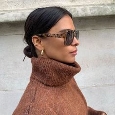 Discover the Fall- Winter Eyewear Campaign by CHANEL, featuring gold lenses and geometric shapes. View the Chanel sunglasses collection. Look Fashion, Street Fashion, Fashion Beauty, Fashion Outfits, Womens Fashion, Mango Fashion, Petite Fashion, Fashion Tips, Mode Ootd