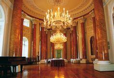 Pałac w Pawłowicach (Wielkopolskie) wzniesiony pod koniec XVIII w. dla pisarza wielkiego koronnego, Maksymiliana Mielżyńskiego, wg projektu Carla Gottharda Langhansa. Przed II wojną światową wyposażenie tej rezydencji składało się z tysięcy cennych zabytkowych mebli, obrazów, rzeźb oraz przedmiotów ze szkła, porcelany i srebra. Większość została zrabowana przez hitlerowców. Od 1945 r. pałac należy do filii Instytutu Zootechniki z Krakowa i pełni także funkcję ośrodka…
