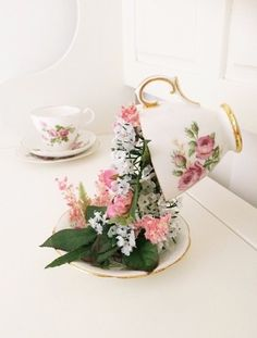 The dainty dress diaries: Floating tea cup tutorial. Cute Crafts, Diy And Crafts, Floating Tea Cup, Teacup Crafts, Cup Art, Deco Floral, Party Centerpieces, Centrepieces, Deco Table