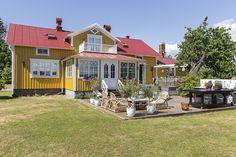 Keltainen talo on rakennettu tasaiselle peltoalueelle. Takapihalla on runsaasti tilaa oleilla, nauttia auringosta ja kokkailla omassa kesäkeittiössä.