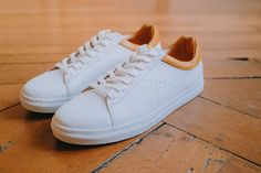 Sneakers L'Exception blanches et jaunes en cuir #chaussures #baskets #sneakers #lexception #blanc #jaune #cuir #shoes #white #yellow #leather Costume En Lin, Yellow Leather, Sneakers, Men's Shoes, Models, Minimalist Packing, Italian Leather, White Sneakers, Tennis