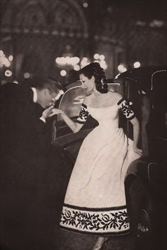 Dovima Harper's Bazaar 1955 in Lanvin Castillo - how a lady should be treated ;)