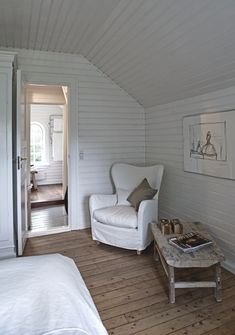 Jesper Ray / Bolig Magasinet {white and wood rustic modern bedroom} Home Bedroom, Modern Bedroom, Scandinavian Cottage, Scandinavian Style, Beach Cottage Style, White Cottage, Cottage Interiors, White Rooms, White Walls