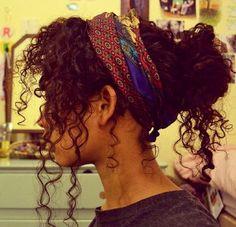 Inspiração de penteado rapidinho para fazer no cabelo cacheado. Coque bagunçada com cachos em cascata e um lenço no meio para dar um charme.