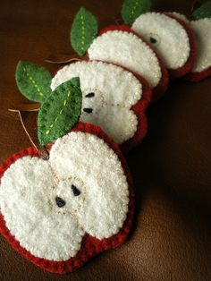 Felt food / apples for a toy kitchen. I made sliced apples and an apple with a smiling worm for Michelle's kitchen These in the picture are cuter than mine, but mine will do. Felt Embroidery, Felt Applique, Felt Christmas Ornaments, Christmas Crafts, Fall Felt Crafts, Christmas Nativity, Christmas Printables, Fabric Crafts, Sewing Crafts