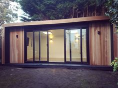 A x Edge garden room! Clad in cedar and designed with a black pack creating a visually stunning garden addition. This Edge is set with a pair of set sliding doors and two up/down exterior lights to each side. The perfect place for a new office! Backyard Studio, Garden Studio, Home Gym Design, House Design, Contemporary Garden Rooms, Reptile House, Room Acoustics, Spa Interior, Gym Room