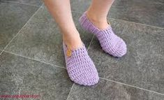 Most Trendy Women's Knit Booties – Knitting And We Knitted Booties, Knitted Slippers, Slipper Socks, Crochet Socks, Knitting Socks, Hand Knitting, Purple Slippers, Crochet Poncho Patterns, Knitting Patterns