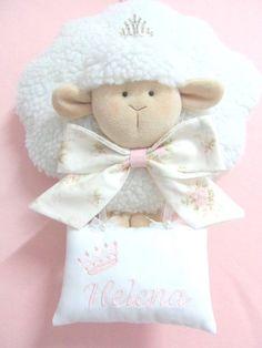 O ENCANTO DA OVELHINHA PARA ANUNCIAR A CHEGADA DO SEU BEBÊ! <br>Confeccionada com malha carneirinho e plush. Com o nome do bebê bordado e laço em tecido na cor de sua preferência. <br>Leva uma coroa linda! <br>Mrdidas: <br>30cm x 35cm