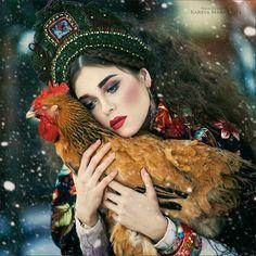 Fotografka Margarita Kareva przedstawia tajemnice rosyjskich bajek za pomocą fantastycznych portretów. Dzięki wymyślnym kostiumom i surrealistycznym rekwizytom przenosi odbiorców do tajemniczego świat...