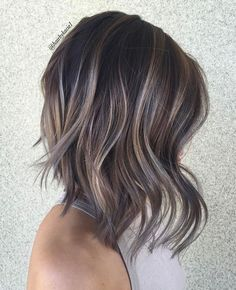 Balayage is an advanced technique to make your hair shiny and refreshing. From natural hair to rainbow hair colors, find the best balayage hair color for yourself right now! Brown Balayage Bob, Hair Color Balayage, Balayage Highlights, Short Balayage, Dark Brown Lob, Bronde Lob, Grey Brown Hair, Balayage Bob Brunette, Dark Lob