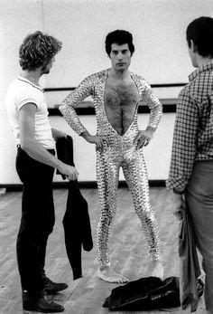 Freddie Mercury attends a ballet class in Covent Garden, London, 3rd October 1979.  °
