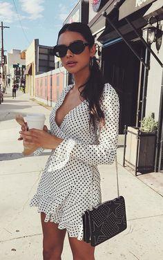 Musa do estilo: Sophia Miacova. Vestido envelope de bolinhas preto e branco