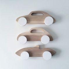 Deze mooie set van 3 houten autootjes van Pinch Toys zijn handgemaakt en erg mooi afgewerkt. Ze zijn niet alleen leuk om mee te spelen maar staan ook leuk op de kinderkamer. De auto's hebben elk een afmeting van 11x5 cm. €18,50