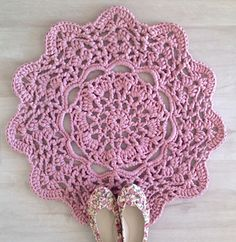 Super Big Thick T Shirt Yarn For DIY Crochet Knit Rug Bag Basket Handbag http://www.aliexpress.com/store/group/T-Shirt-Tutu-Yarn/1687168_503467951.html      lacy doily t-shirt yarn rug by Anneke Wiese