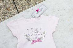 WISTEN JULLIE DAT Prinsen & Prinsessen vaak nieuwe kleding binnen krijgt, wat voor 1/3 van de originele verkoopprijs verkocht wordt?   Bijvoorbeeld deze twee setjes.   Stella McCartney Kids overall 3 maanden oud van 49,95 (originele verkoopprijs) voor 16,50 (prijs Prinsen en Prinsessen)  Lili Gaufrette, Rose Pale pakje voor 6 maanden oud. Top: 29.95 voor 9.95 Broekje 16.95 voor 6,50.