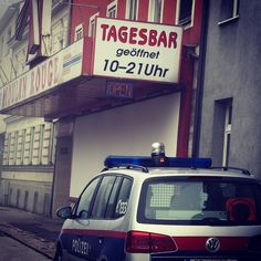 #polizei #linz #süd #wienerstrasse #linz #lnz #austria #linzpictures #police #red #moulinrouge #girls #einsatz #emergency #attention #travel #visitlinz #working #fundstück #tagesbar