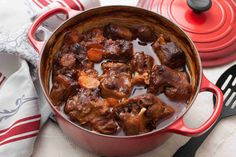 Place dutch oven with oxtails in oven - Recipes - Beef Oxtail, Jamaican Oxtail, Braised Oxtail, Oxtail Soup, Oxtail Recipes, Beef Recipes, Cooking Recipes, Dutch Oven Recipes, Top Recipes