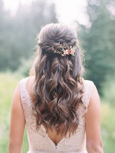 Bridal hair style with long loose curls and knotted half updo and floral bridal hairpiece Bridal Hair Updo Loose, Loose Curls Wedding, Wedding Half Updo, Curled Wedding Hair, Bridal Hair Half Up Half Down, Long Loose Curls, Bridal Hair Down, Wedding Hairstyles Half Up Half Down, Romantic Wedding Hair