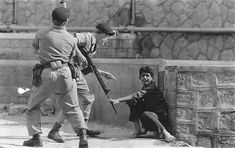 Colonial papers: Civilian Terror in Aden in 1967 - An Aden civilian crouches in terror as British soldiers threaten him during Arabian demonstrations in Crater British Armed Forces, British Soldier, British Army, Uk History, History Facts, American History, Rare Pictures, Historical Pictures, Malayan Emergency