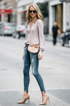 Fashion Jackson Street Style Blush Pink Cut Out Blouse AG Jeans Step Hem Distressed Skinny Ankle Jeans Sam Edelman Nude Pumps Chloe Drew Handbag Moda Casual, Casual Chic, Classy Outfits, Stylish Outfits, Elle Moda, Skinny, Mode Outfits, Fashion Outfits, Jeans Claro