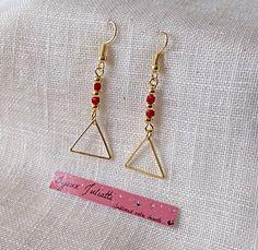 boucles d'oreille triangle doré graphique chic et ses perles de couleur rouge : Boucles d'oreille par bijoux-juliatti