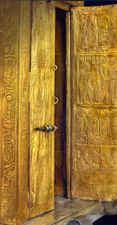 Gilded chapel containing the canopic jars of Tutankhamen. Old Egypt, Egypt Art, Ancient Egyptian Art, Ancient History, Egyptian Things, Historical Artifacts, Ancient Artifacts, Machu Picchu, Ancient Civilizations