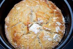 Hämmentäjä: Itse tehty voi ja vaalea hapanleipä. Home-made butter with sour bread. Easy and heavenly!