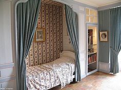 Interieur du chateau de Villandry070 French Interior Design, French Interiors, Dark Interiors, Closet Conversion, Alcove Bed, Canopy Bed Curtains, Mario Buatta, Bunk Beds Built In, Princess Bedrooms