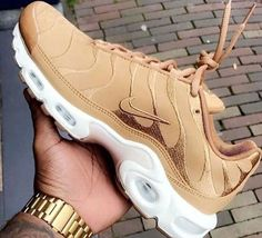Perhaps, the most comfortable footwear, which is practically in any women's wardrobe - sneakers. Sneakers have long ceased to be a part of the sporting style, t Tn Nike, Nike Air, Moda Sneakers, Shoes Sneakers, Adidas Shoes, Kd Shoes, Tennis Sneakers, Sneaker Heels, Soccer Shoes