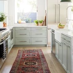 Persian Rugs are the Latest Kitchen Trend Small Country Kitchens, Country Kitchen Designs, Cottage Kitchens, Farmhouse Kitchens, Kitchen Shelves, Diy Kitchen, Kitchen Decor, Kitchen Cabinets, Kitchen Ideas