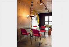 O apartamento antigo de pé-direito alto foi transformado em um loft pelo fotógrafo Lufe Gomes. Ele criou um mezanino com vigas de aço, onde fica o colchão. Na parte de baixo, fica o escritório, onde ele trabalha. Móveis escuros e paredes brancas reforçam o ar nova-iorquino