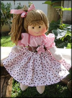 Boneca 25 cm - Pode ser feita com outras estampas Doll Clothes Patterns, Doll Patterns, Crochet Patterns, Sock Dolls, Baby Dolls, Sewing Dolls, Waldorf Dolls, Doll Hair, Doll Crafts