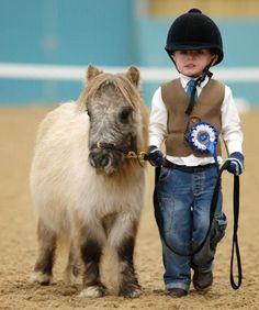 pony acompañado de niño algo redicho.