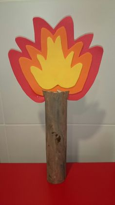 Antorcha con goma eva y rollo papel pintado con acuarelas