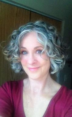 Femme 50 ans Naturally White Silver Grey Hair : Un ans Short Silver Hair, Grey Curly Hair, Grey Wig, Silver Grey Hair, Short Grey Hair, Curly Hair Styles, White Hair, Short Bangs, Trendy Hairstyles
