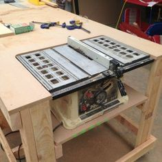 woodworking tools Built-in table saw workbench on castors. - Building a nice workbench is important. Many have come up with their own approaches. Here's how to build one using basic tools. Table Saw Workbench, Workbench Plans, Woodworking Workbench, Woodworking Furniture, Diy Furniture, Industrial Workbench, Workbench Designs, Folding Workbench, Building Furniture
