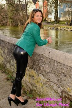 Leder Dates - In the coming week you can meet me on Thursday skiing in the # Allgäu. Pvc Leggings, Vinyl Leggings, Wet Look Leggings, Leather Pants Outfit, Faux Leather Leggings, Sexy Jeans, Lederhosen Outfit, Mode Latex, Vinyl Clothing