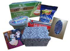 SY Yleisrinki lokakuu 2013: Twiningsin Green Tea & Apple -teetä, salmiakkisuklaata, Taffelin suolapähkinöitä, verkkosukkikset ja muffinivuokia kortin ohella tuon boksin sisässä. :3