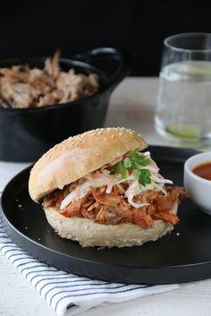 Pulled pork med BBQ-saus og coleslaw (in Norwegian)