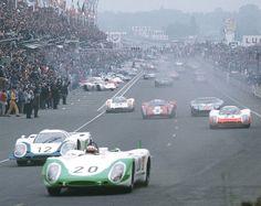 Sortida de Le Mans 1969. En primer pla, el 9082 LH Flunder de SiffertRedman per davant del 917 LH d'ElfordAttwood