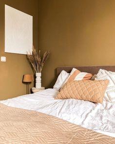 Creëer een knusse sfeer in je slaapkamer met deze bruine tint met warme ondertonen op de wand. Zo wil je nooit meer uit bed! Tip: verf alle wanden en eventueel het plafond in dezelfde kleur voor extra veel sfeer. Gebruikte LAB COLOUR: Warm Tan no. 91 in LAB ECO Wallpaint (muurverf). 📸 @novi_interieur #ecologischeverf #bedroom New Interior Design, Interior Stylist, Floral Bedroom, Ih, Tans, Interior Inspiration, Painting, Furniture, Crafts