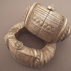 This type of old (late 19th century) ankletswas imported from Gujarat (India) to Indiancommunities of Oman and Zanzibar ... adopted by Omani women, these bracelets are made of two pieces closed by pins in silver ...