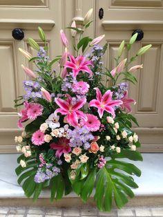 Centro con liliums, rosas spray salmón, orquídeas, aster, lilium y bouvardias