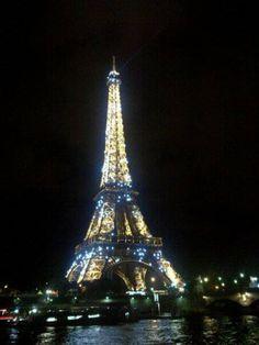 de eiffeltoren in de avond vond ik erg mooi om te zien met al die lichtjes