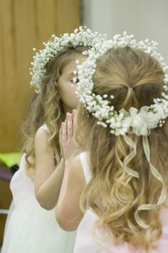 flower girl halo of baby's breath Baby Breath Flower Crown, Flower Girl Halo, Flower Girl Bouquet, Flower Tiara, Crown Flower, Flower Girl Basket, Flower Girl Hairstyles, Crown Hairstyles, Wedding Hairstyles